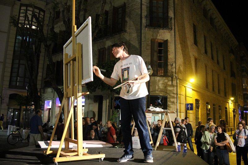 El artista Carlos Pardo pinta un cuadro en directo con motivo de la celebración de la noche de los Museos de Murcia